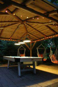 Außenbillard spielen im beleuchteten Pavillon