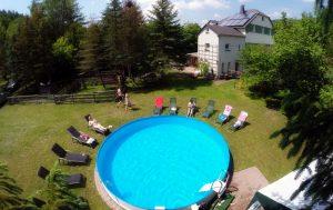 Entspannung auf der Liegewiese mit Pool
