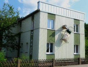 Urlaubserkennung! Gästehaus mit hängendem Bett.